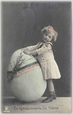 Девочка с пасхальным яйцом своего роста
