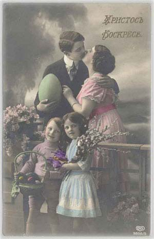 Семья с двумя детьми, яйца, верба и цветы, 1925 год